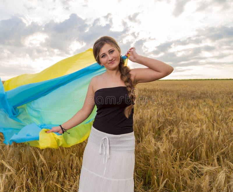 Γυναίκα με μια ουκρανική σημαία στοκ φωτογραφία με δικαίωμα ελεύθερης χρήσης