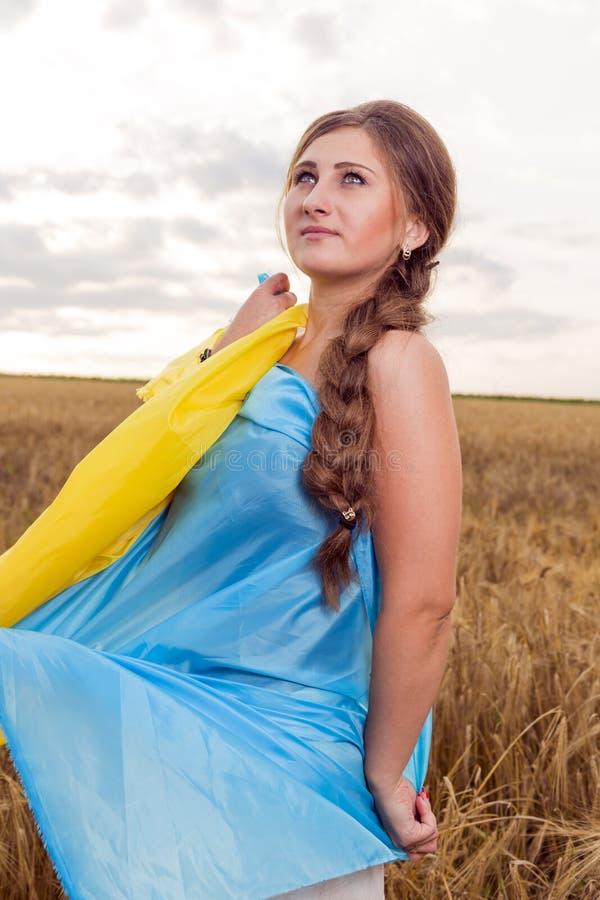 Γυναίκα με μια ουκρανική σημαία στοκ εικόνα