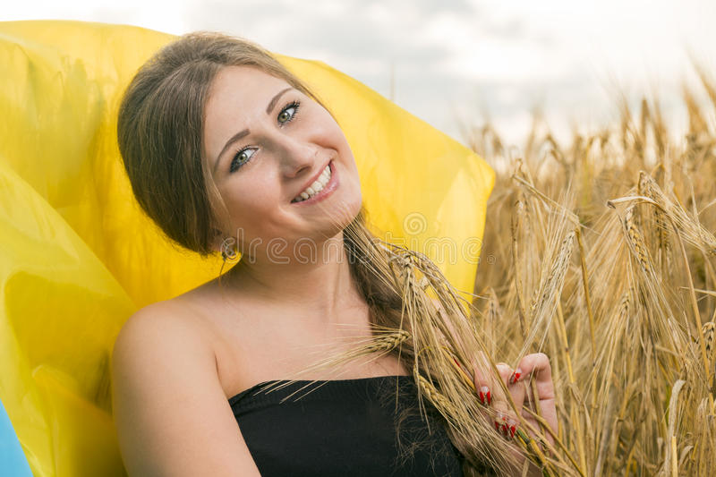 Γυναίκα με μια ουκρανική σημαία στοκ εικόνες