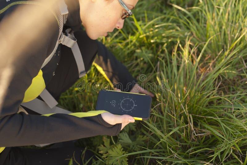 Γυναίκα με σακιδίων πλάτης με την ψηφιακή πυξίδα στοκ φωτογραφία με δικαίωμα ελεύθερης χρήσης