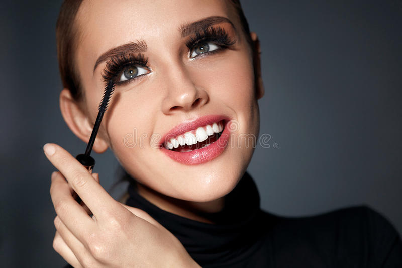Γυναίκα με τέλειο Makeup, μακρύ μαύρο Eyelashes που εφαρμόζει Mascara στοκ εικόνα