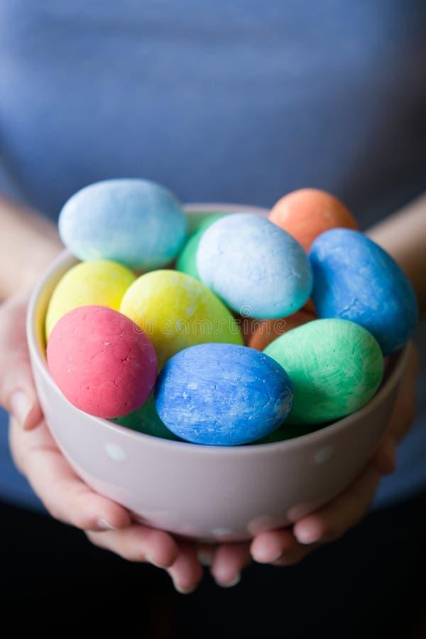 Γυναίκα με τα αυγά Πάσχας στα χέρια στοκ εικόνα
