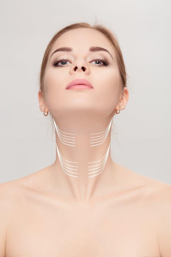 Γυναίκα με τα βέλη στο πρόσωπο πέρα από το γκρίζο υπόβαθρο λαιμός που ανυψώνει con στοκ φωτογραφία με δικαίωμα ελεύθερης χρήσης
