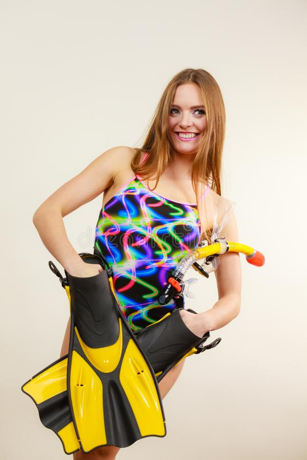 Γυναίκα με τα βατραχοπέδιλα και την κολυμπώντας με αναπνευτήρα μάσκα που έχουν τη διασκέδαση στοκ φωτογραφία με δικαίωμα ελεύθερης χρήσης