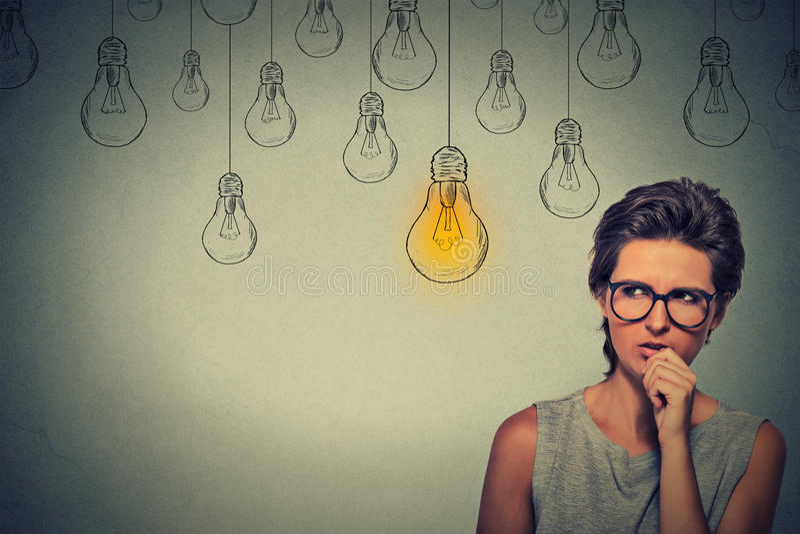 Γυναίκα με τα γυαλιά που σκέφτεται τη σκληρή σωστή λύση έρευνας στοκ εικόνες