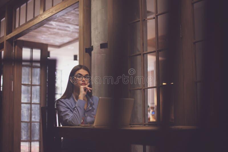 Γυναίκα με τα γυαλιά στο δωμάτιο στοκ φωτογραφία