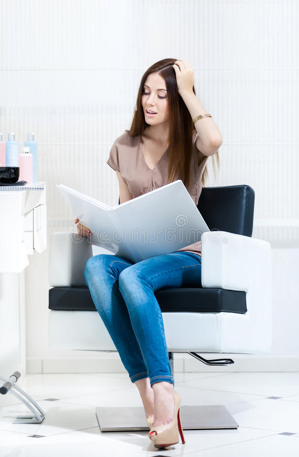 Γυναίκα με τα δείγματα χρώματος τρίχας στο hairdressing σαλόνι στοκ φωτογραφία με δικαίωμα ελεύθερης χρήσης