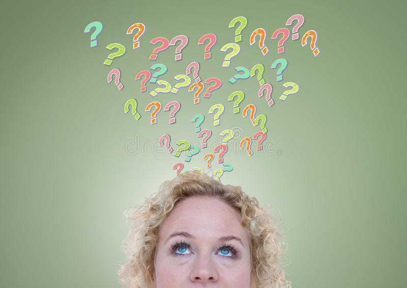 Γυναίκα με τα ζωηρόχρωμα φοβιτσιάρη ερωτηματικά που προκύπτουν από το κεφάλι απεικόνιση αποθεμάτων