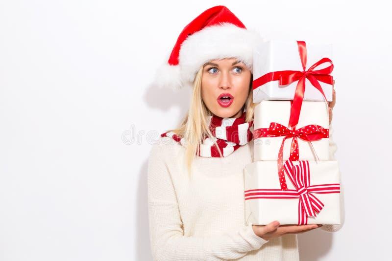 Γυναίκα με τα κιβώτια δώρων εκμετάλλευσης καπέλων Santa στοκ εικόνα με δικαίωμα ελεύθερης χρήσης