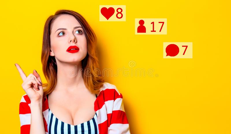 Γυναίκα με τα κοινωνικά εικονίδια στοκ εικόνες