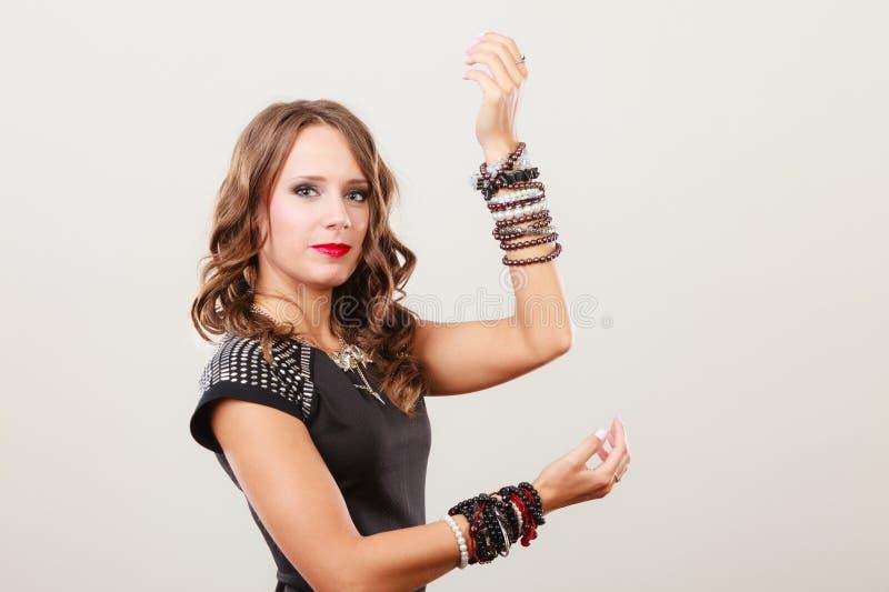 Γυναίκα με τα κοσμήματα στο μαύρο φόρεμα βραδιού στοκ φωτογραφία με δικαίωμα ελεύθερης χρήσης