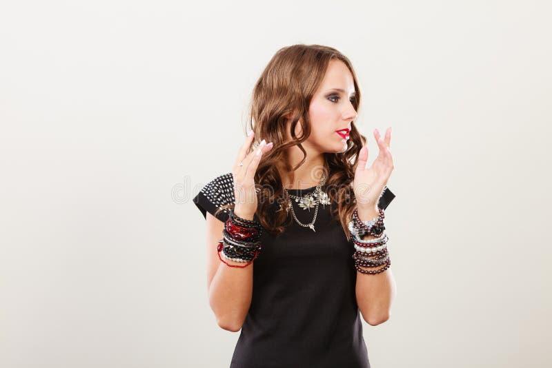 Γυναίκα με τα κοσμήματα στο μαύρο φόρεμα βραδιού στοκ εικόνα