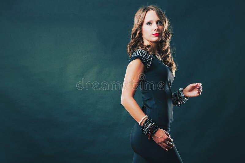 Γυναίκα με τα κοσμήματα στο μαύρο φόρεμα βραδιού στοκ εικόνες