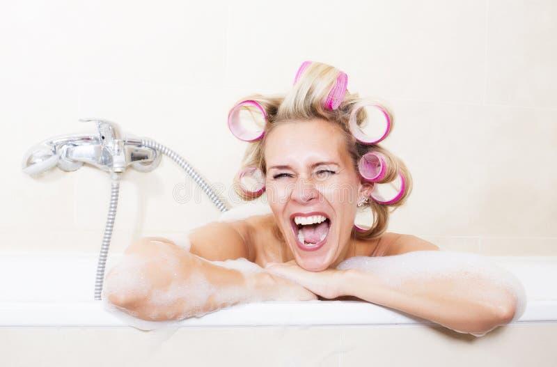 Γυναίκα με τα ρόλερ στην μπανιέρα στοκ φωτογραφίες με δικαίωμα ελεύθερης χρήσης
