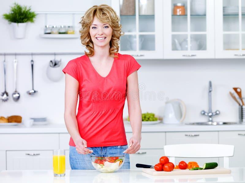 Γυναίκα με τα υγιή τρόφιμα στην κουζίνα στοκ φωτογραφίες με δικαίωμα ελεύθερης χρήσης