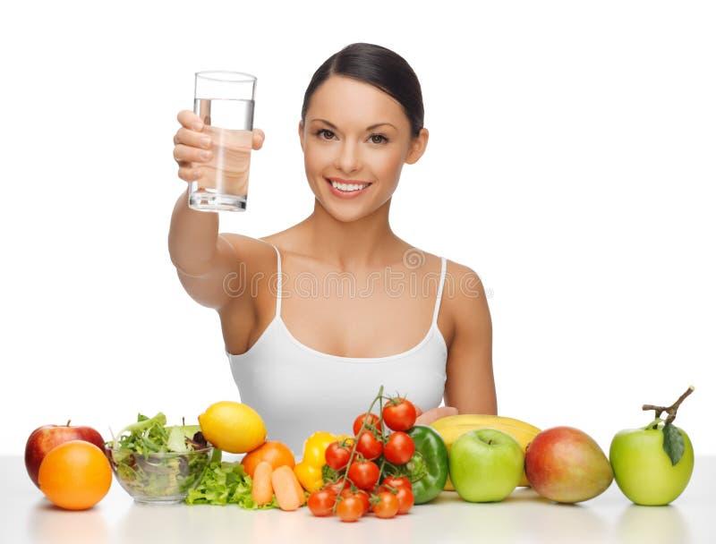 Γυναίκα με τα υγιή τρόφιμα στοκ εικόνα με δικαίωμα ελεύθερης χρήσης