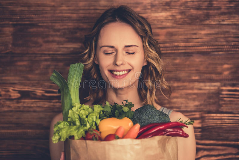Γυναίκα με τα υγιή τρόφιμα στοκ εικόνα