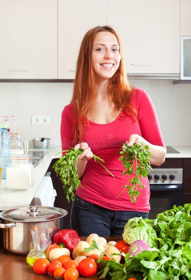 Γυναίκα με τα φρέσκα λαχανικά και τα πράσινα στοκ εικόνες με δικαίωμα ελεύθερης χρήσης