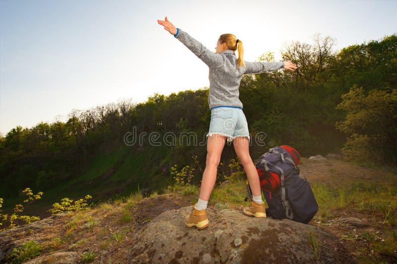 Γυναίκα με τα χέρια που στέκονται επάνω στην κορυφή του βουνού Ταξίδι, στοκ φωτογραφίες με δικαίωμα ελεύθερης χρήσης