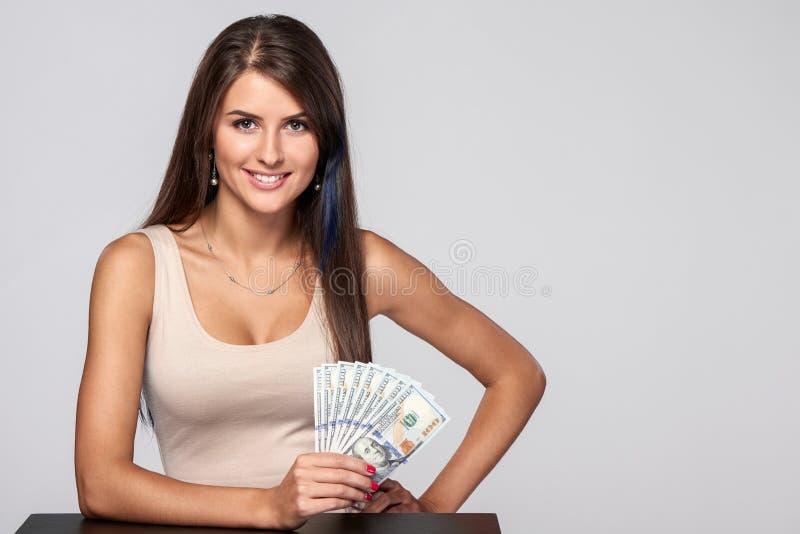 Γυναίκα με τα χρήματα αμερικανικών δολαρίων στοκ εικόνα