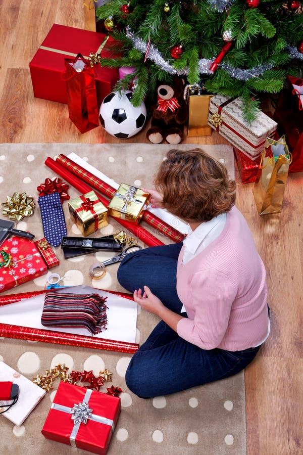 Γυναίκα με τα χριστουγεννιάτικα δώρα υπερυψωμένα στοκ φωτογραφία με δικαίωμα ελεύθερης χρήσης