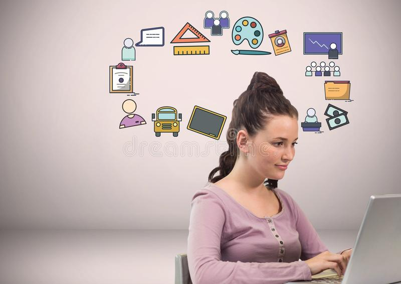 Γυναίκα με τα craetive σχέδια γραφικής παράστασης εικονιδίων εκπαίδευσης στοκ φωτογραφία με δικαίωμα ελεύθερης χρήσης