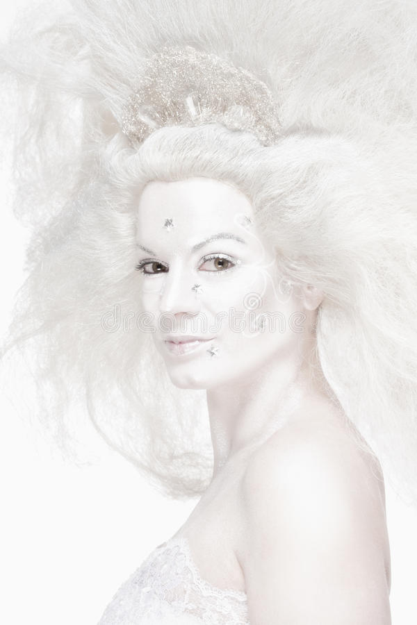 Γυναίκα με την άσπρη τοποθέτηση περουκών ως βασίλισσα χιονιού στοκ εικόνα