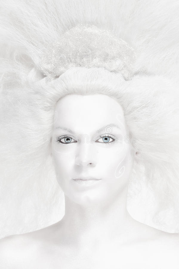 Γυναίκα με την άσπρη τοποθέτηση περουκών ως βασίλισσα χιονιού στοκ εικόνες με δικαίωμα ελεύθερης χρήσης