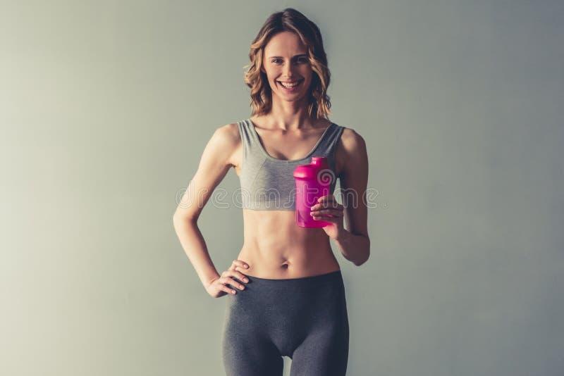 Γυναίκα με την αθλητική διατροφή στοκ εικόνα με δικαίωμα ελεύθερης χρήσης