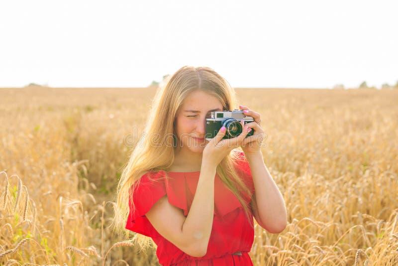 Γυναίκα με την αναδρομική κάμερα φωτογραφιών Υπαίθρια έννοια τρόπου ζωής ταξιδιού μόδας στοκ εικόνες με δικαίωμα ελεύθερης χρήσης