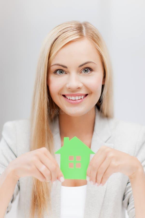 Γυναίκα με την απεικόνιση του σπιτιού eco στοκ φωτογραφία με δικαίωμα ελεύθερης χρήσης