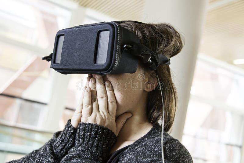 Γυναίκα με την εικονική πραγματικότητα γυαλιών στοκ εικόνες με δικαίωμα ελεύθερης χρήσης
