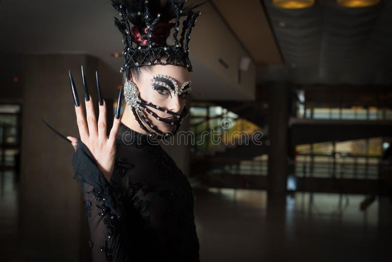 Γυναίκα με την εξάρτηση μόδας στοκ φωτογραφία με δικαίωμα ελεύθερης χρήσης