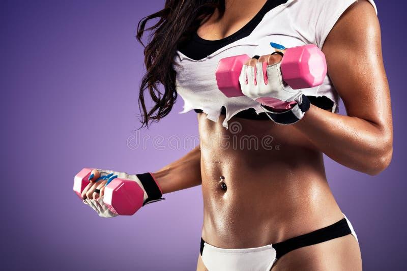 Γυναίκα με την επίπεδη και προκλητική άσκηση στομαχιών στοκ εικόνα με δικαίωμα ελεύθερης χρήσης