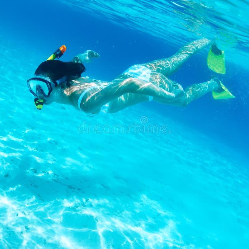 Γυναίκα με την κολύμβηση με αναπνευστήρα μασκών στοκ εικόνες με δικαίωμα ελεύθερης χρήσης