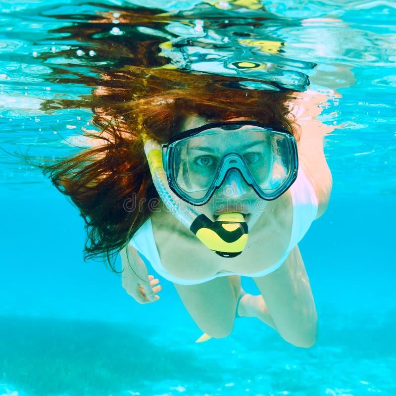 Γυναίκα με την κολύμβηση με αναπνευστήρα μασκών στοκ φωτογραφίες με δικαίωμα ελεύθερης χρήσης