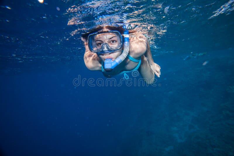 Γυναίκα με την κολύμβηση με αναπνευστήρα μασκών στοκ εικόνες
