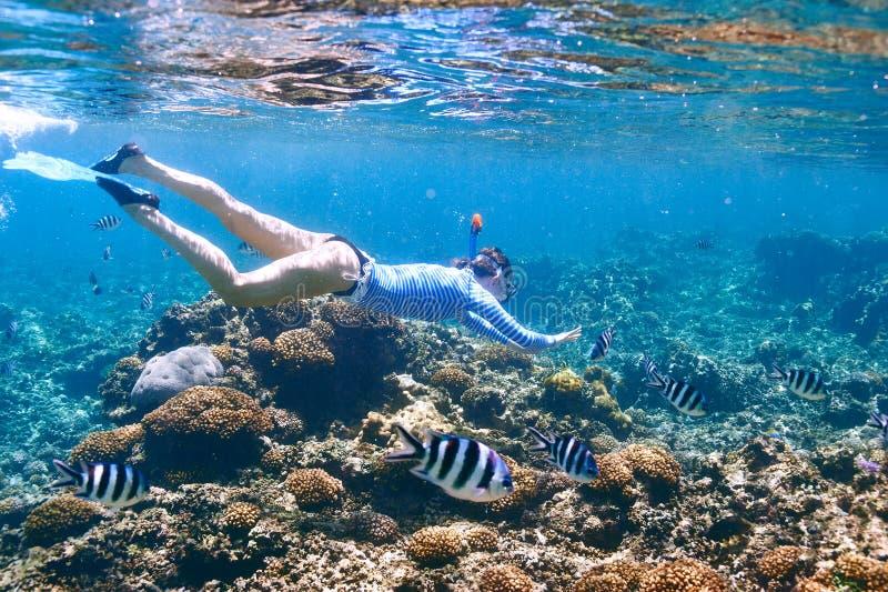 Γυναίκα με την κολύμβηση με αναπνευστήρα μασκών στοκ φωτογραφία με δικαίωμα ελεύθερης χρήσης