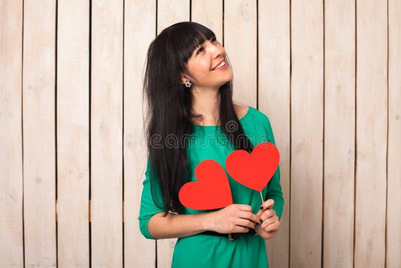 Γυναίκα με την κόκκινη καρδιά στοκ εικόνες
