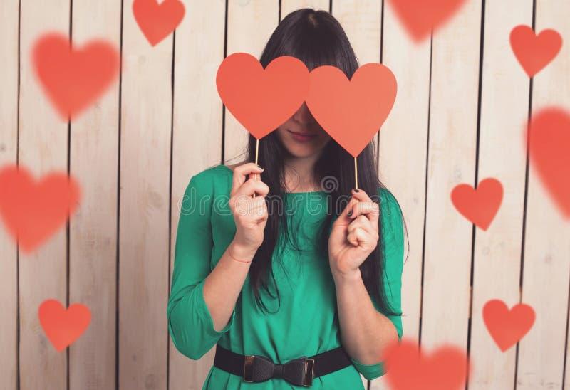 Γυναίκα με την κόκκινη καρδιά στοκ φωτογραφία με δικαίωμα ελεύθερης χρήσης
