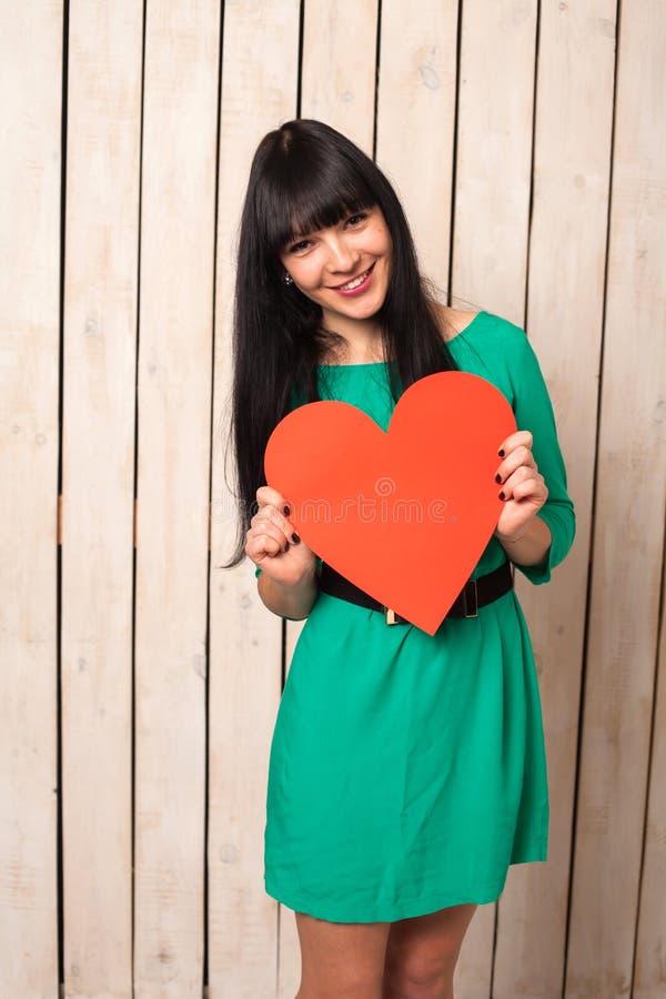 Γυναίκα με την κόκκινη καρδιά στοκ εικόνα με δικαίωμα ελεύθερης χρήσης