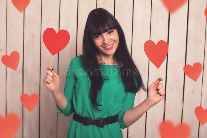 Γυναίκα με την κόκκινη καρδιά στοκ εικόνα
