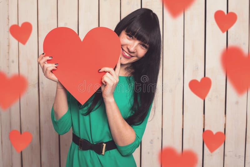Γυναίκα με την κόκκινη καρδιά στοκ εικόνες με δικαίωμα ελεύθερης χρήσης