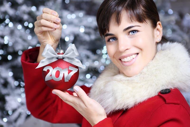 Γυναίκα με την κόκκινη σφαίρα Χριστουγέννων στοκ φωτογραφία με δικαίωμα ελεύθερης χρήσης