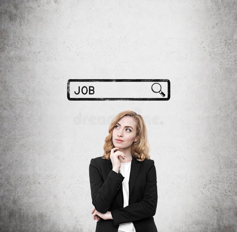 Γυναίκα με την κόκκινη τρίχα που αναζητά μια θέση εργασίας στοκ φωτογραφίες
