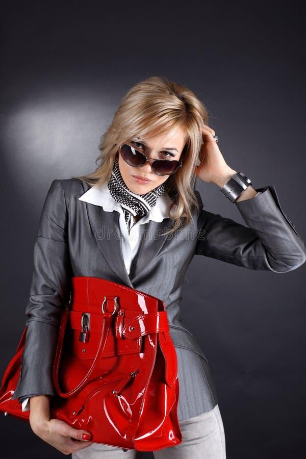 Γυναίκα με την κόκκινη τσάντα στοκ εικόνες με δικαίωμα ελεύθερης χρήσης