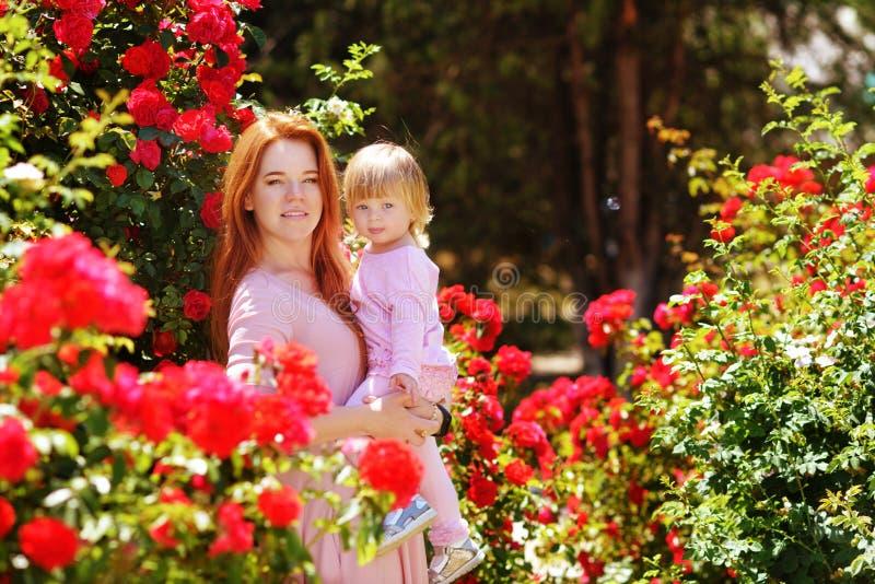 Γυναίκα με την κόρη μικρών παιδιών στοκ εικόνα