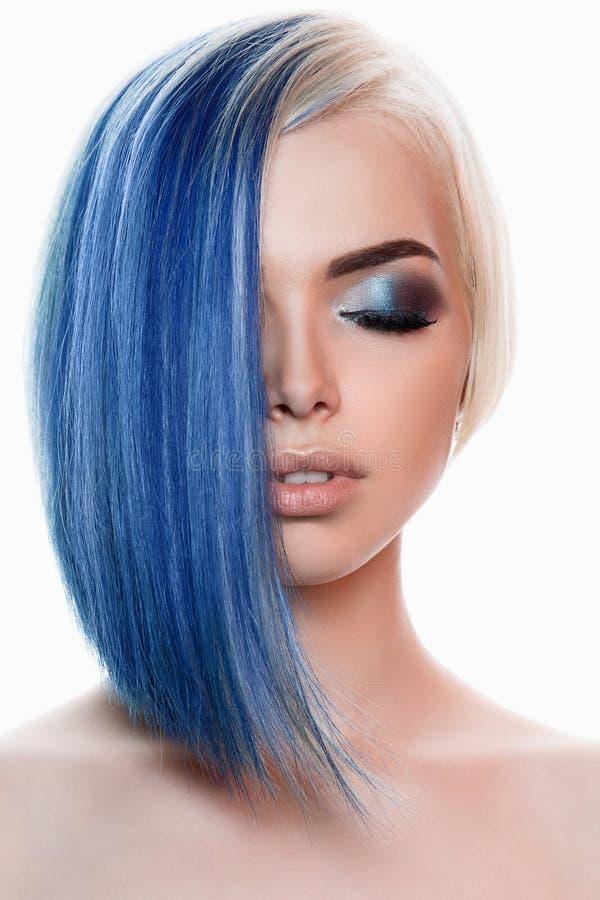 Γυναίκα με την μπλε τρίχα και τη σύνθεση στοκ φωτογραφία με δικαίωμα ελεύθερης χρήσης