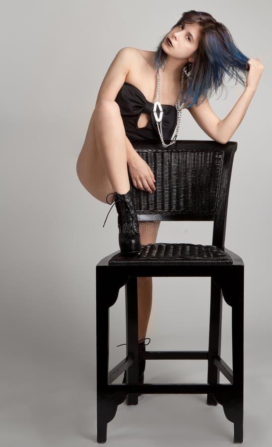 Γυναίκα με την μπλε τρίχα και μαύρο κραγιόν με την έδρα στοκ φωτογραφία με δικαίωμα ελεύθερης χρήσης