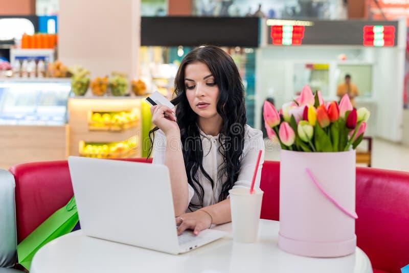Γυναίκα με την πιστωτική κάρτα και lap-top στον καφέ που κάνει τις αγορές στοκ εικόνες με δικαίωμα ελεύθερης χρήσης